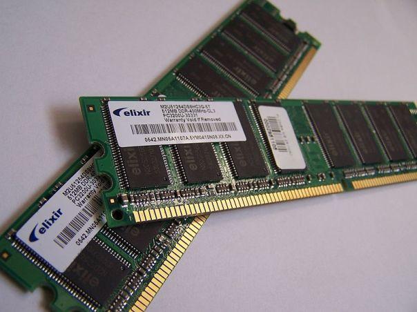 800px-Memory_module_DDRAM_20-03-2006